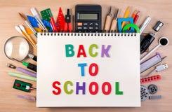 De volta ao texto de escola no caderno sobre as fontes de escola ou o escritório s fotografia de stock