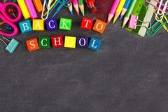 De volta aos blocos de madeira da escola com beira das fontes de escola no quadro-negro fotografia de stock royalty free