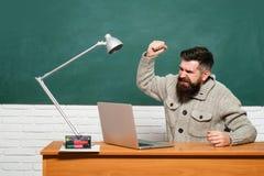 De volta ? escola Conceito da educa??o e do ensino Preparação para o exame na faculdade Estudante Studying Hard Exam De volta a imagem de stock royalty free