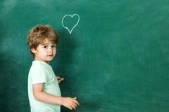 De volta ? escola Criança amigável na sala de aula perto da mesa do quadro-negro Obrigado professor Conceito da instru??o educaci fotografia de stock royalty free