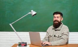 De volta ? escola Estudante f?mea novo pronto para escrever testes do exame Estudante Studying Hard Exam Estudante engraçado do l imagem de stock