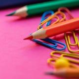 De volta ? escola Fontes de escola no fundo colorido para classes e lições Configura??o lisa Vista superior foto de stock royalty free