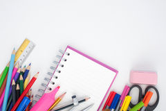 De volta às ferramentas da escola ou do escritório no fundo branco Fotos de Stock