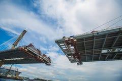 De voltooiing van de brug over de rivier kabel de bodem wedijvert stock fotografie