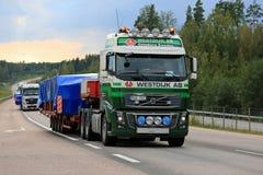 De Volvo transport large de charge de camion semi le soir Photo stock