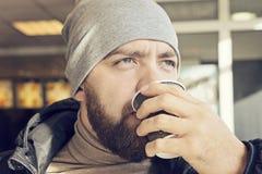 De volwassen gebaarde mens drinkt hete koffie royalty-vrije stock fotografie