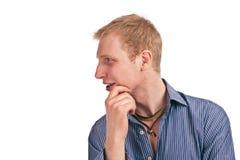 De volwassen kerel in een blauw gestreept overhemd isoleert Stock Foto's