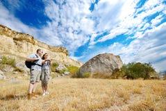 De volwassen man en de vrouw wandelen royalty-vrije stock afbeelding