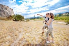 De volwassen man en de vrouw wandelen royalty-vrije stock fotografie