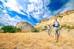 De volwassen man en de vrouw wandelen stock afbeelding