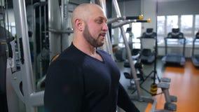 De volwassen mens ademt zwaar na opleiding in gymnastiek4k Langzame Mo stock videobeelden
