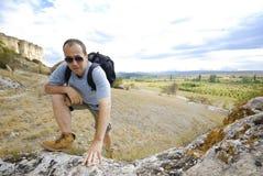De volwassen mens beklimt een berg royalty-vrije stock afbeelding
