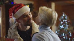 De volwassen mens brengt Kerstmis huidig voor zijn vrouw stock videobeelden