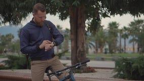 De volwassen mens drukt knopen op slimme horloges, sprekend aan mic om bevel te maken stock video