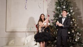De volwassen mens gebruikt popcornpannen met confettien in Nieuwjaar in huis voor zijn familie stock videobeelden