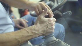De volwassen mens inspecteert aandachtig tractor` s cabine stock videobeelden