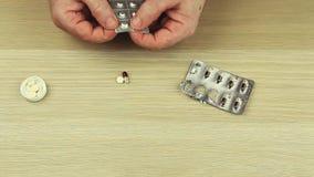 De volwassen mens overhandigt pillen houten lijst hd lengte stock footage