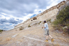 De volwassen mens wandelt met trekkingspolen royalty-vrije stock foto