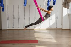 De volwassen positie van de de inversieyoga van vrouwenpraktijken in gymnastiek Stock Foto