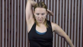 De volwassen vrouw verbindt handen achter rug voor ontwikkeling van flexibiliteit stock footage