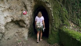 De volwassen vrouwelijke toerist loopt alleen binnen hol met kolommen Langzame Motie stock video