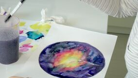 De volwassen vrouwen schilderen met gekleurde waterverfverven in een huisstudio stock footage