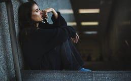 De volwassen Vrouwenzitting kijkt Ongerust gemaakt op de Trap royalty-vrije stock foto