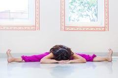 De volwassen de yogarek van de vrouwenpraktijk stelt binnen volledig lichaamsschot royalty-vrije stock afbeelding