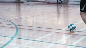 De volwassene bemant speelvoetbal in de gymnastiek Voetbal opleiding Voetbalsterscores stock videobeelden