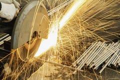 De vonken steken terwijl het snijden van staal in brand Royalty-vrije Stock Foto