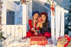 De vooravond van nieuwjaren De gelukkige kinderen zitten binnenshuis met Kerstmisdecoratie Het in dozen doen de dag is de dag na  royalty-vrije stock foto's