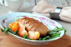 De voorbereide filet van de vleeseend op een plaat Stock Fotografie