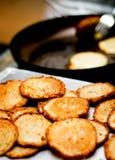 De Voorbereiding & het Dienen van de Pannekoeken van de aardappel Stock Afbeeldingen