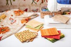 De voorbereiding en de selectie van stoffen voor het naaien van lapwerk watteren op een elektrische naaimachine royalty-vrije stock foto