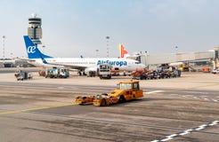De voorbereiding van AirEuropavliegtuigen voor vertrek in de Internationale Luchthaven Milaan-Malpensa royalty-vrije stock afbeelding