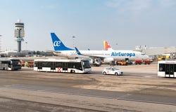 De voorbereiding van AirEuropavliegtuigen voor vertrek in de Internationale Luchthaven Milaan-Malpensa stock afbeeldingen