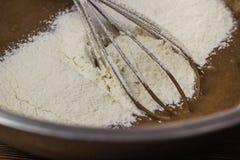 De voorbereiding van cake, cacao met melk en bloem, zwaait voor het ranselen van voorbereiding royalty-vrije stock afbeeldingen