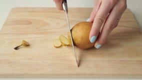 De voorbereiding van fruit snijdt witn mes stock footage