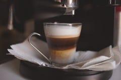De voorbereiding van de huiskoffie met een espressomachine Stock Afbeeldingen