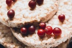 De voorbereiding van ontbijt van brood van verscheidene verscheidenheden van geselecteerde korrels wordt voorbereid door ringen e Royalty-vrije Stock Fotografie