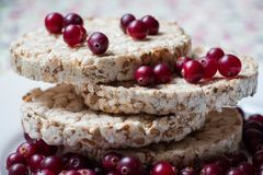De voorbereiding van ontbijt van brood van verscheidene verscheidenheden van geselecteerde korrels wordt voorbereid door ringen e Stock Afbeeldingen