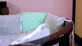 De voorbereiding voor een pasgeboren kind wordt voorbereid op de vergadering Het vouwen van het houten meubilair van kinderen, wi stock footage
