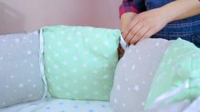 De voorbereiding voor een pasgeboren kind wordt voorbereid op de vergadering Het vouwen van het houten meubilair van kinderen, wi stock video