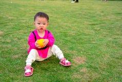 De voordelen van oranje fruit aan de groei van kinderen Stock Foto