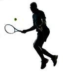De voordelige positie van de het tennisspeler van de mens Stock Afbeeldingen