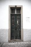 De voordeur aan het huis portugal gekleurd Stock Foto's