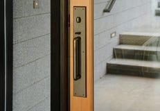 De Voordeur van het glas met het Handvat van het Metaal Stock Foto's