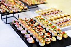 De voorgerechten op platen klaar voor eten stock afbeelding