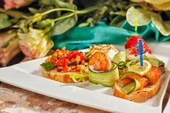 De voorgerechten van het restaurantvoedsel canapes royalty-vrije stock foto's