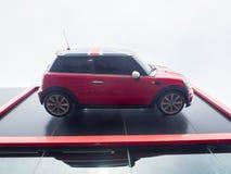 De voorgevel bouw van Mini Cooper-autotoonzaal, is een kleine die economieauto door Engels-Gebaseerd British Motor Corporation wo royalty-vrije stock afbeeldingen